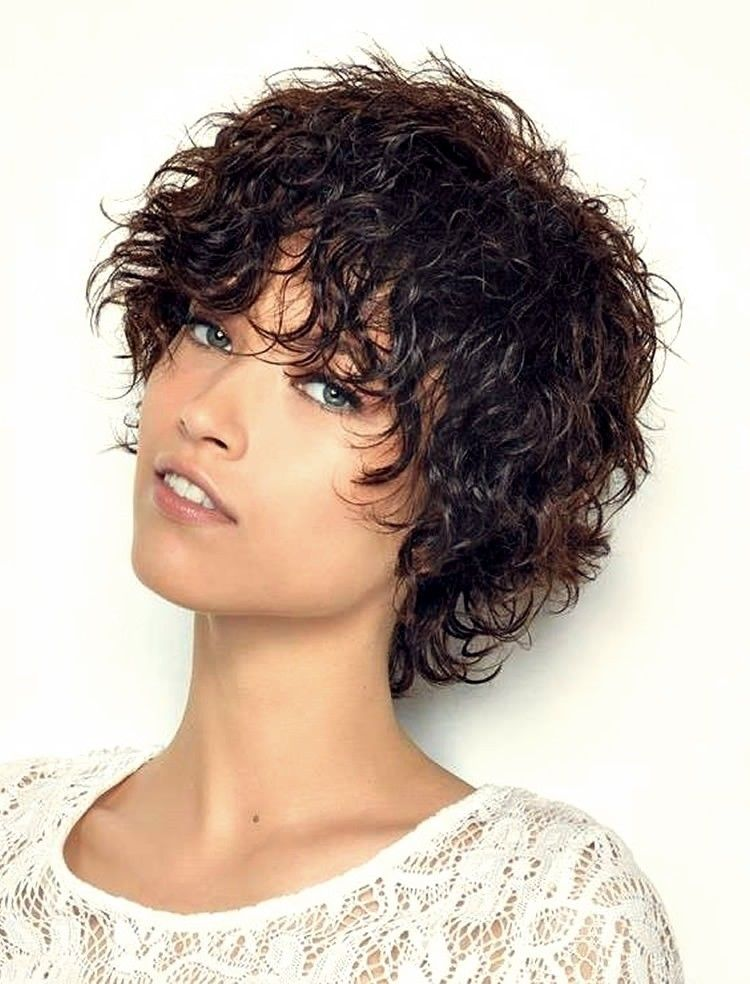 10 Lockige Kurze Frisuren Fur Frauen 2019 Trend Bob Frisuren 2019 Kurze Lockige Frisuren Kurzhaarfrisuren Lockige Frisuren