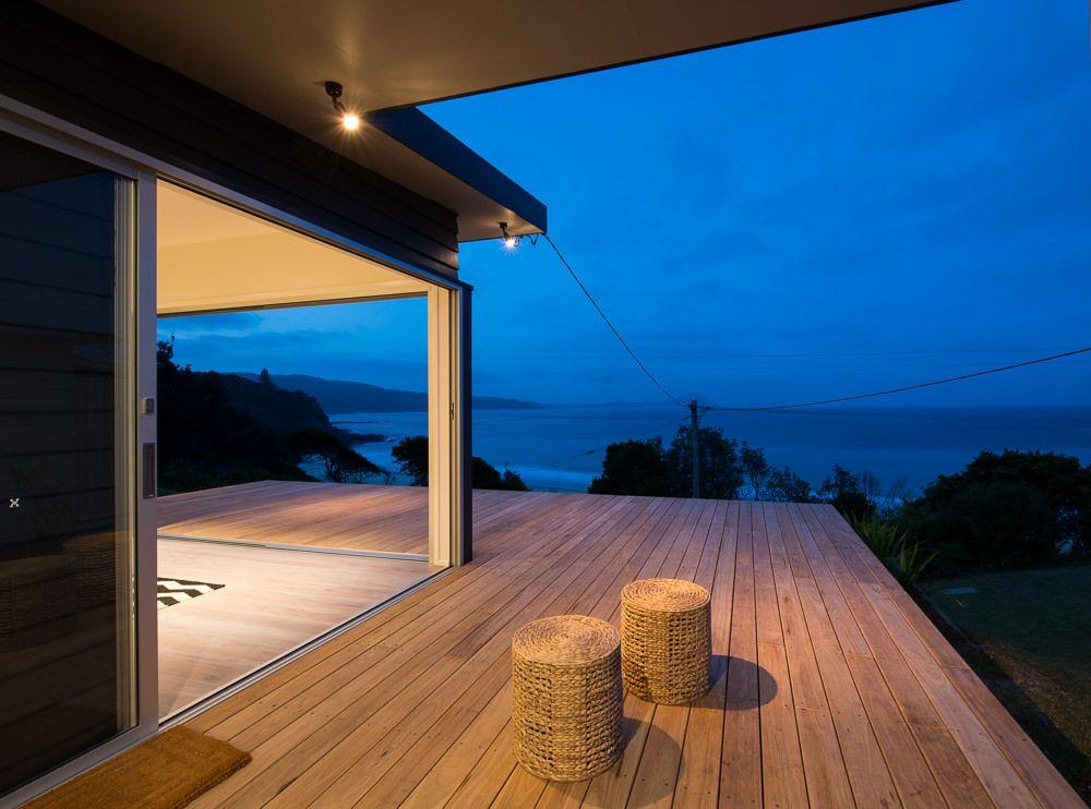 シンプルに満たされる 海沿いの高台のウッドデッキ 住宅デザイン