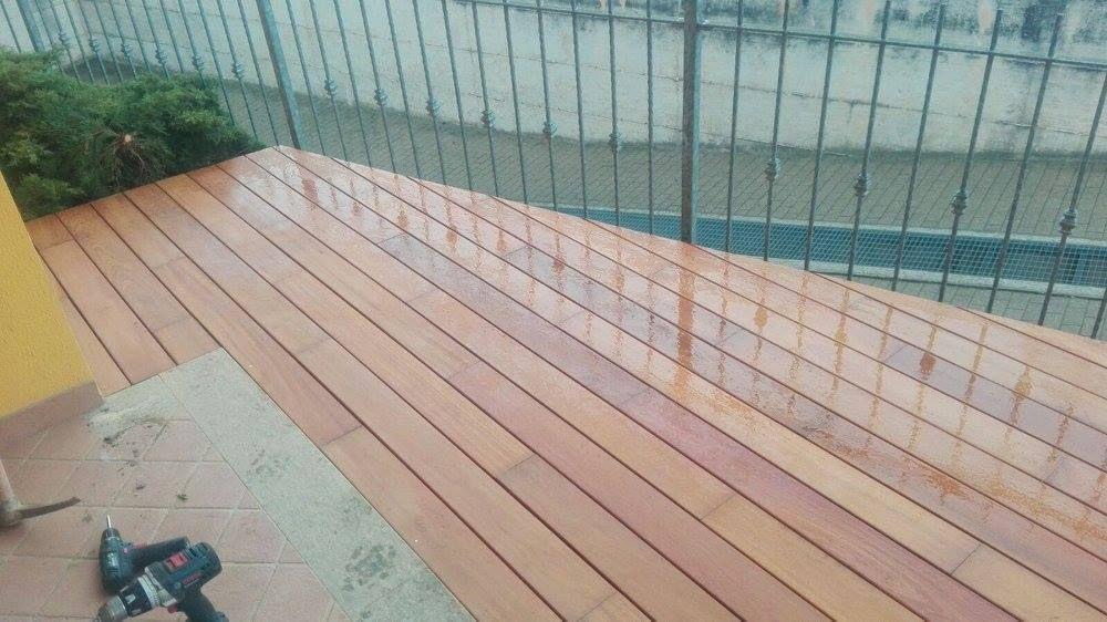Pavimentazione in legno su misura con doghe per esterno. Anche un ...