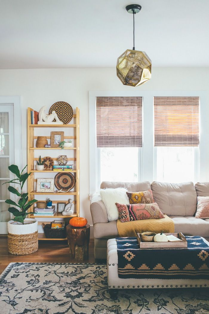 Herbst Im Wohnzimmer Mit Gemütlichen Kissen Und Accesoires In Verschiedenen  Brauntönen #Herbst #Wohnzimmer #braun