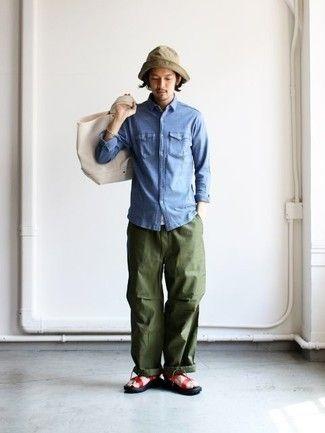 Como Combinar Camisa Vaquera Azul Pantalon Cargo Verde Oliva Sandalias De Cuero Rojas Bolsa Tote Moda Hombre Camisa Azul Hombre Estilos De Ropa Para Hombre