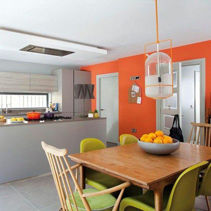 orange Wände, grüne Stühle, weiße Lampe aus Glas, graue Theke - wohnzimmer orange grau