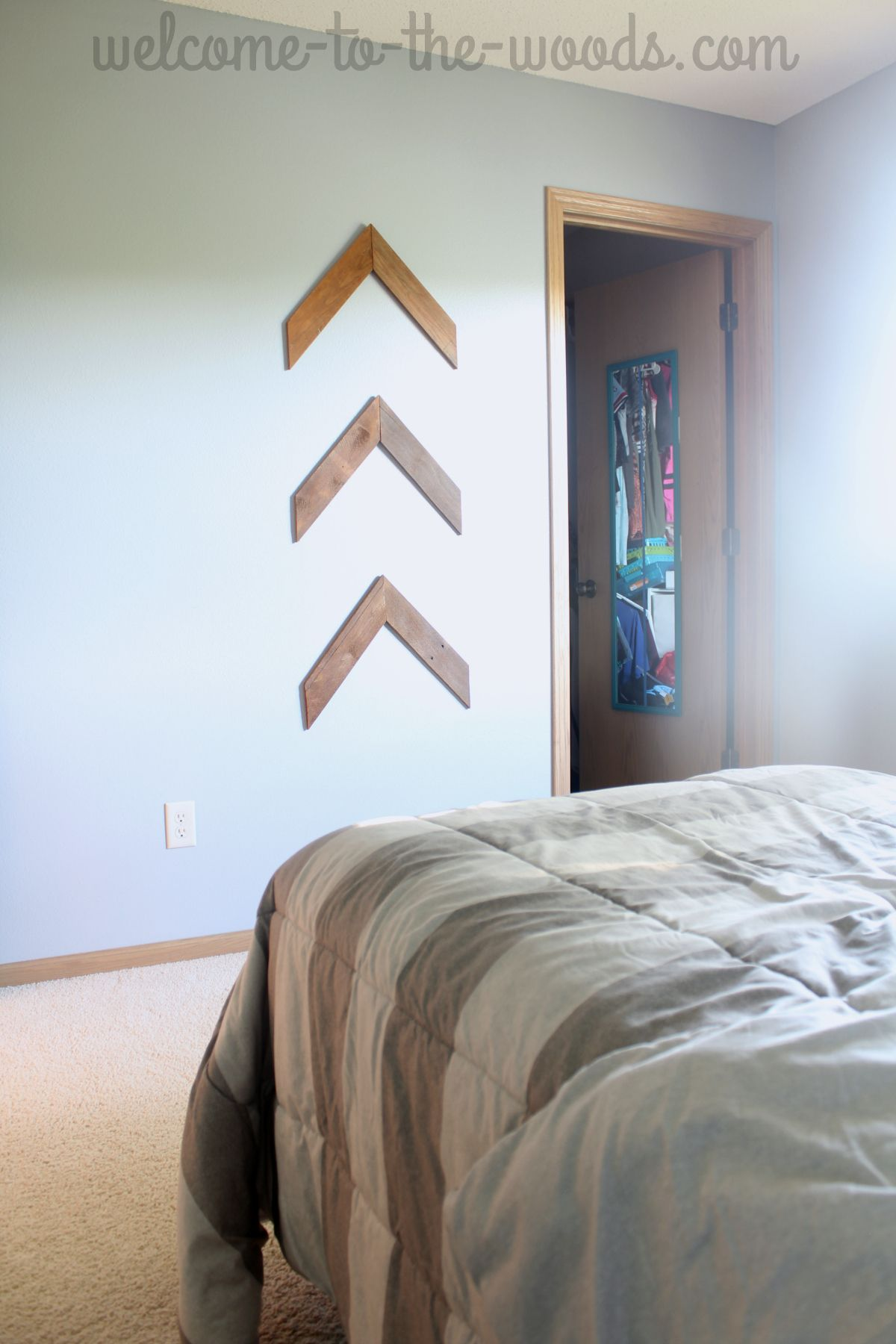Pallet Wood Arrows Hung On The Wall In Teenage Girls