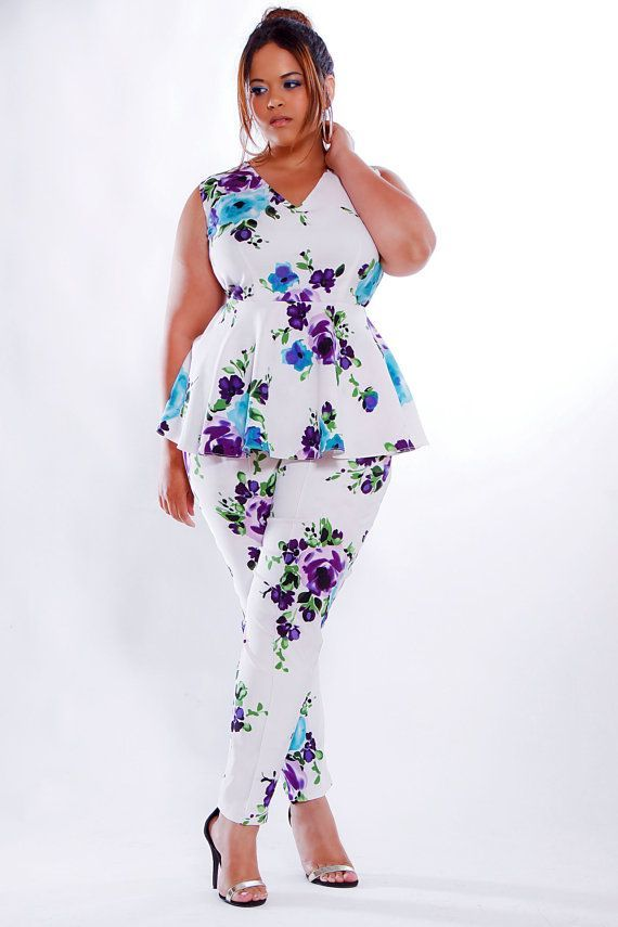 61da2430e51 How to wear plus size floral pants and look elegant - Find more ideas at  plussize-outfits.com