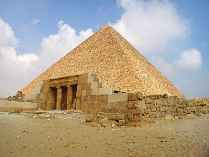 Imhotep (incerto) - Piramide di Cheope - 2585 a.C. - pietra calcarea - altopiano di Giza - Facente parte della necropoli di Giza, questa fu la costruzioni più alta mai costruita fino all'età industriale, alta allora 146 m. Appartiene alla categoria delle piramidi a facce lisce, che hanno un'inclinazione di 52°.
