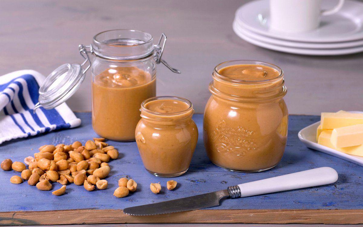 Peanøttsmør kan brukes til frokost, lunsj og dessert. Det er godt som pålegg, dipp og kakefyll – blant annet. Av denne oppskriften blir det ca. 7 dl peanøttsmør.
