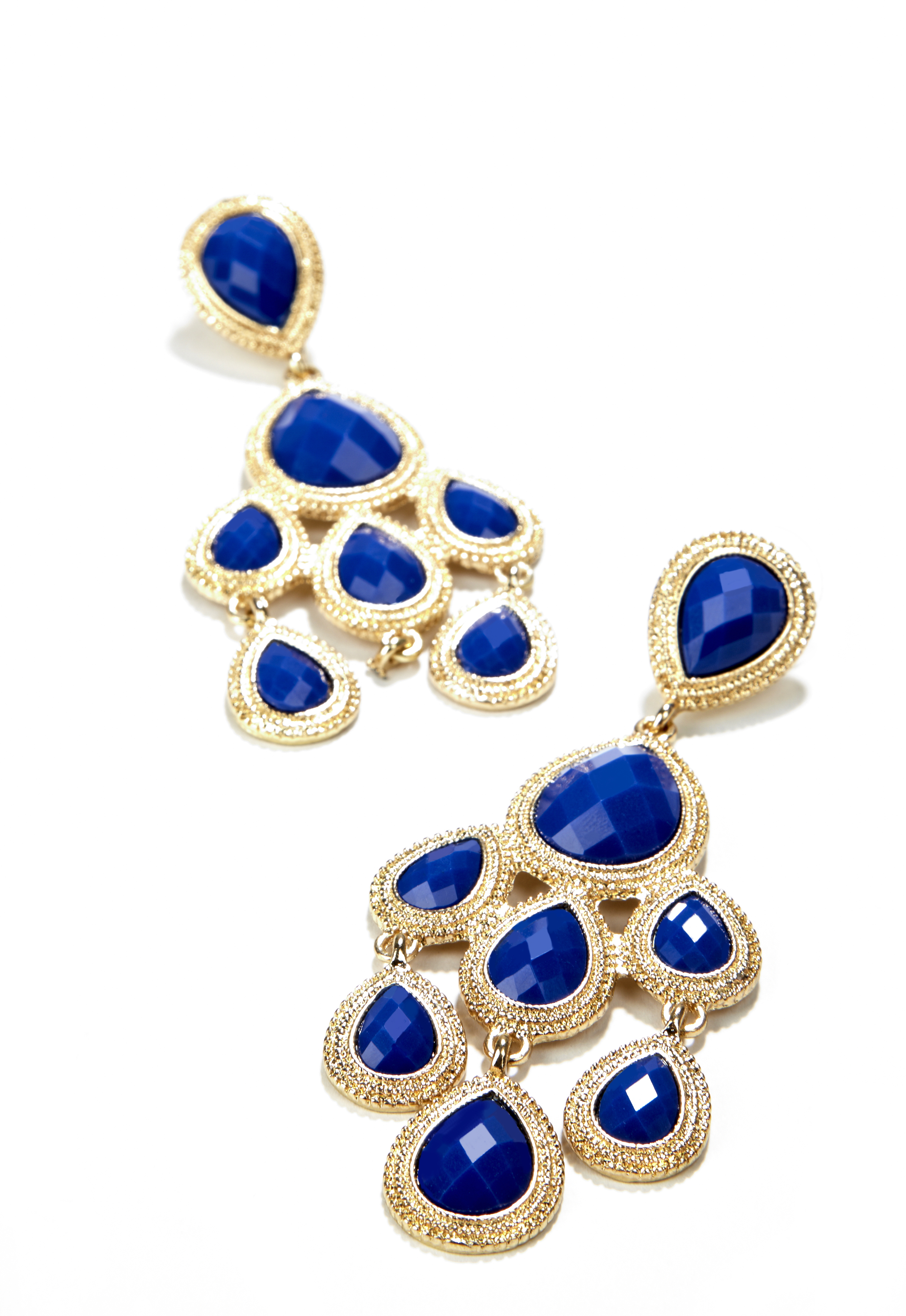 Azul cobalto y dorado en caravanas. Un detalle ideal para un outfit monocromático.