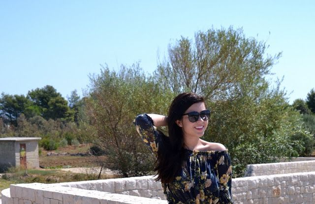 Hier findet ihr einen Sommerlook mit einem eleganten Kleid mit Carmen-Ausschnitt und meinen liebsten Wildledersandalten und Lieblingssonnenbrille.