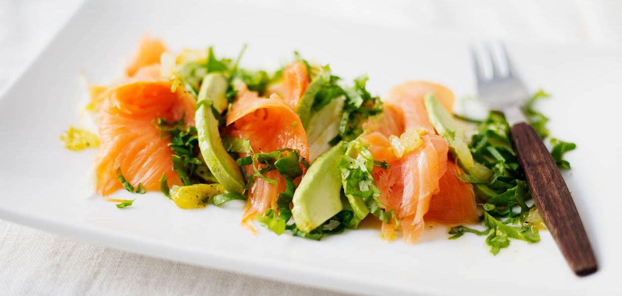 1. Halkaise avokadot ja poista kivet. Irrota puolikkaat kuoristaan ja leikkaa viipaleiksi. Pirskottele viipaleille sitruunamehua, etteivät ne tummu.2.Suikaloi fenkoli ja salaatti. Asettele yhdelle isolle lautaselle tai neljälle annoslautaselle fenkolia, avokadoa ja lohta. Ripottele pinnalle suikaloitu salaatti. Sekoita kastikkeen ainekset keskenään kulhossa ja lusikoi kastike salaatille. Tarjoile heti.
