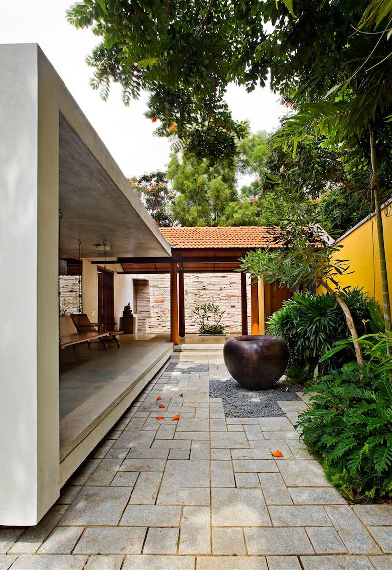 Cohen residence entry courtyard modern landscape houston by rh - Khosla Associates India Modern House Garden Stone Walls Wooden Chairs Terrace Exterior Design Ideas Yellow Fence Outdoor View Stunning Library House In
