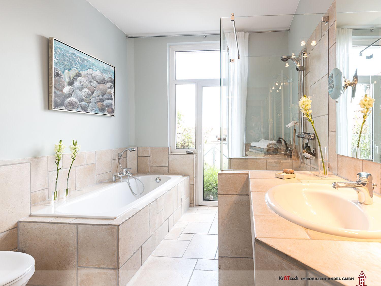 Der Landhausstil Setzt Sich Im Badezimmer Weiter Fort. Ein Bodentiefes  Fensterelement Gewährt Auch Von Hier