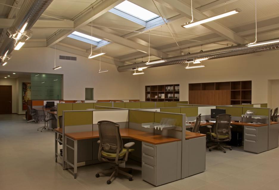 Oficinas modernas sencillas verde escritorios comodidad por victoria plasencia for Escritorios oficinas modernas