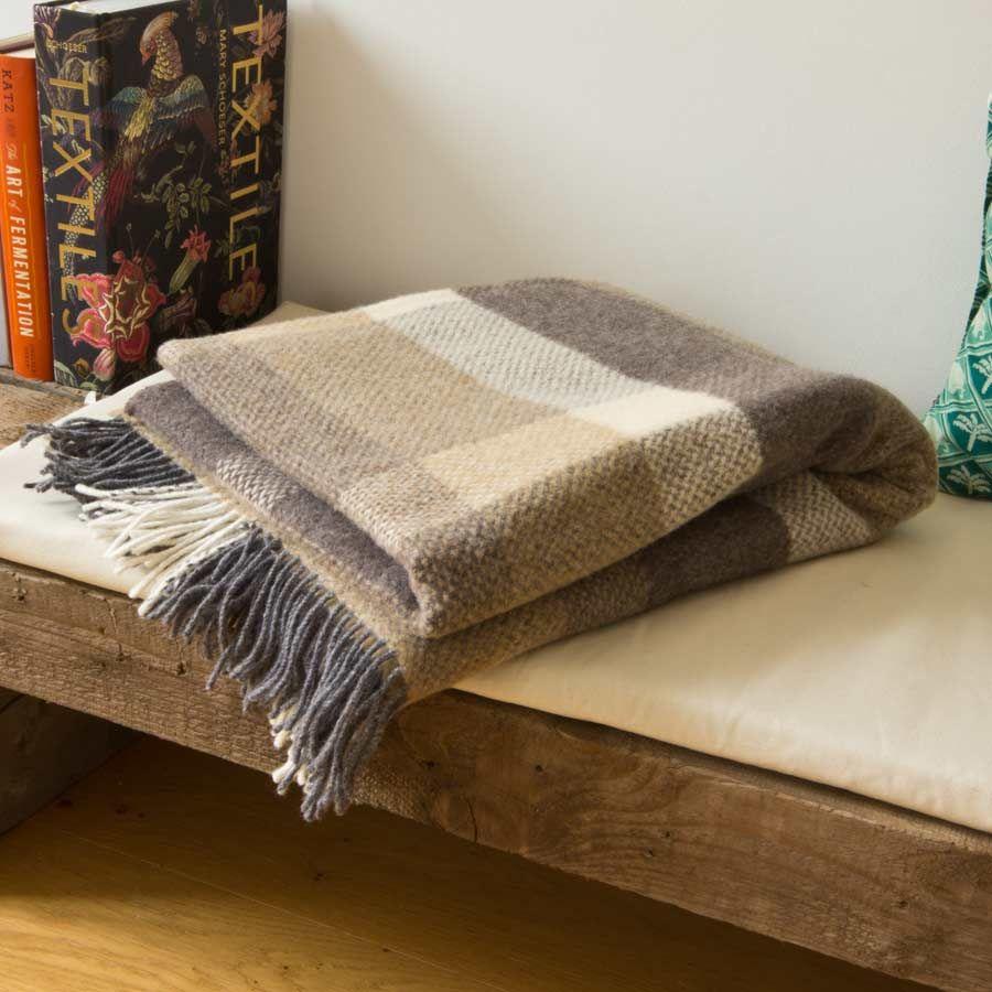 Schöne weiche und kuschelige Wolldecke aus 95% Merinowolle und 5% Kaschmir. 136 x 180 cm. Gewebt in Irland