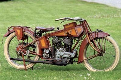 Motorcycle in a museum - Motocicleta en un museo
