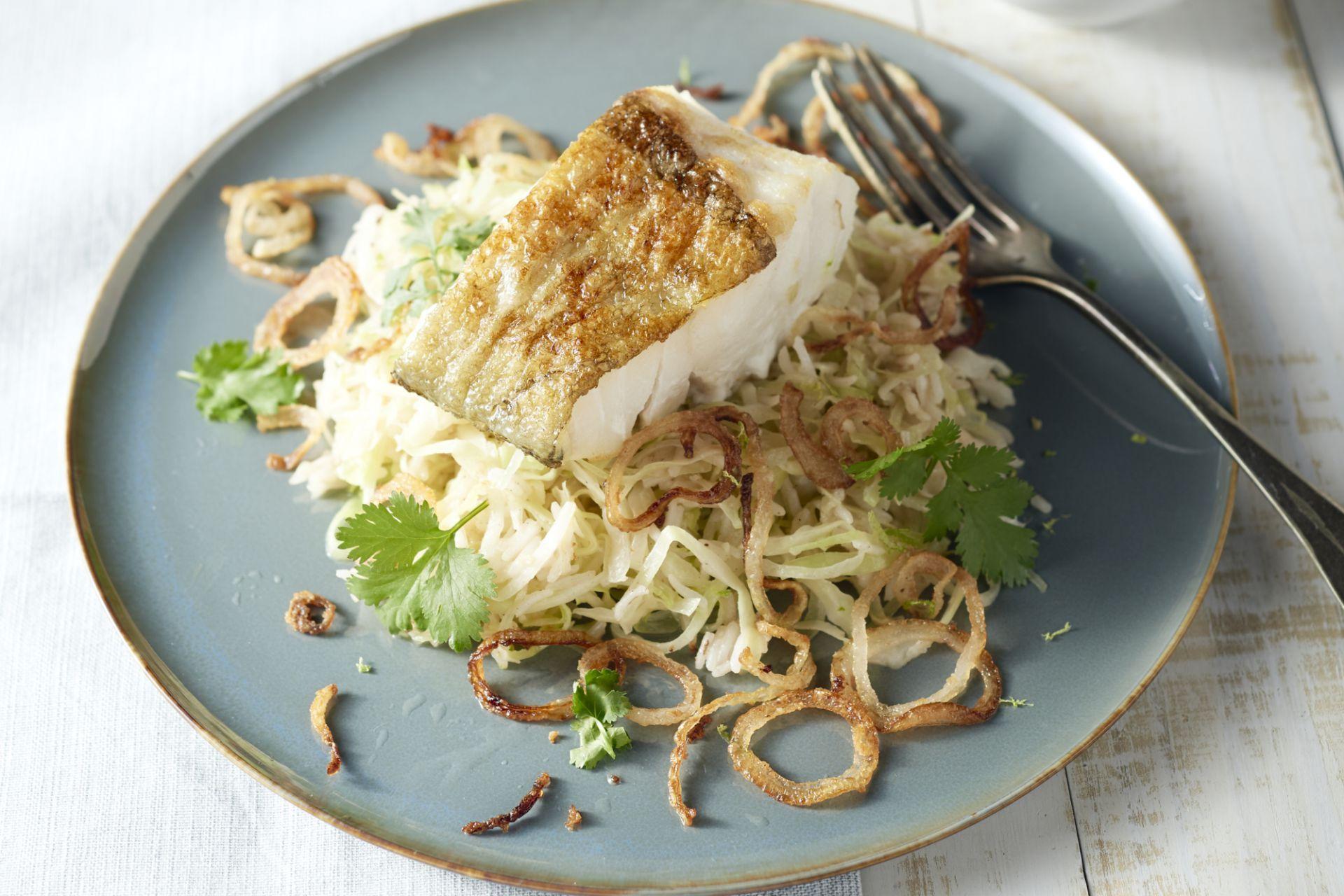 Gebakken rijst is een doordeweeks gerecht, maar dankzij de heerlijk sappige kabeljauwfilets, wordt dit gerecht naar een hoger niveau getild.