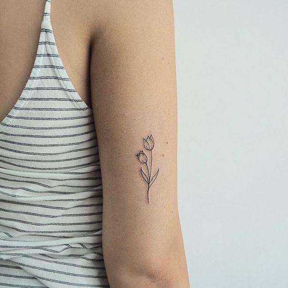 45 Modele De Tatouage De Petites Fleurs Tatouage De Tulipe Modele Tatouage Tatouage