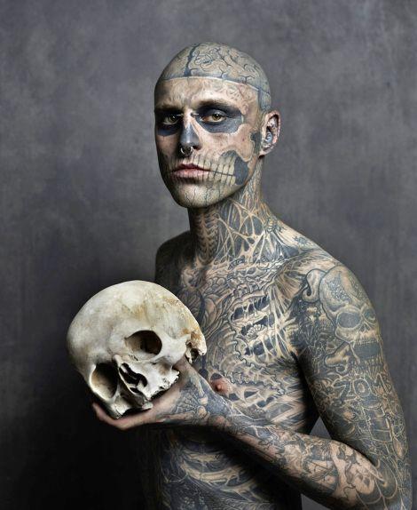 * Zombie Boy (mannequin canadien Rick Genest)  tatouage, réalisé par Frank Lewis  - photo Joey Lawrence, 2013:
