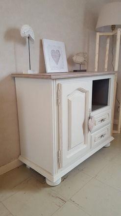 meuble tv en chne robuste avec niche placard et tiroirs totalement relook au got du jour dans un esprit campagne chic restaur dans les tons beige et