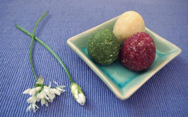 Mit etwas Kreativität lassen sich auch Osterbräuche veganisieren und nicht nur das: sogar rohköstlich sind unsere Ostereier und blitzschnell geht es noch dazu!