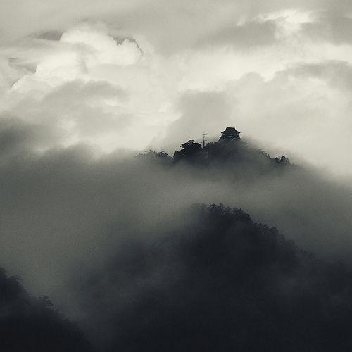 Gifu castle, rain clouds (by StephenCairns) Japan