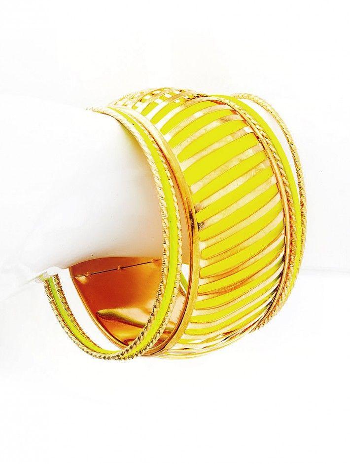 Zložený kovový náramok v zlato žltej farebnej kombinácii. Náramky sa môžu nosiť spolu aj oddelene.