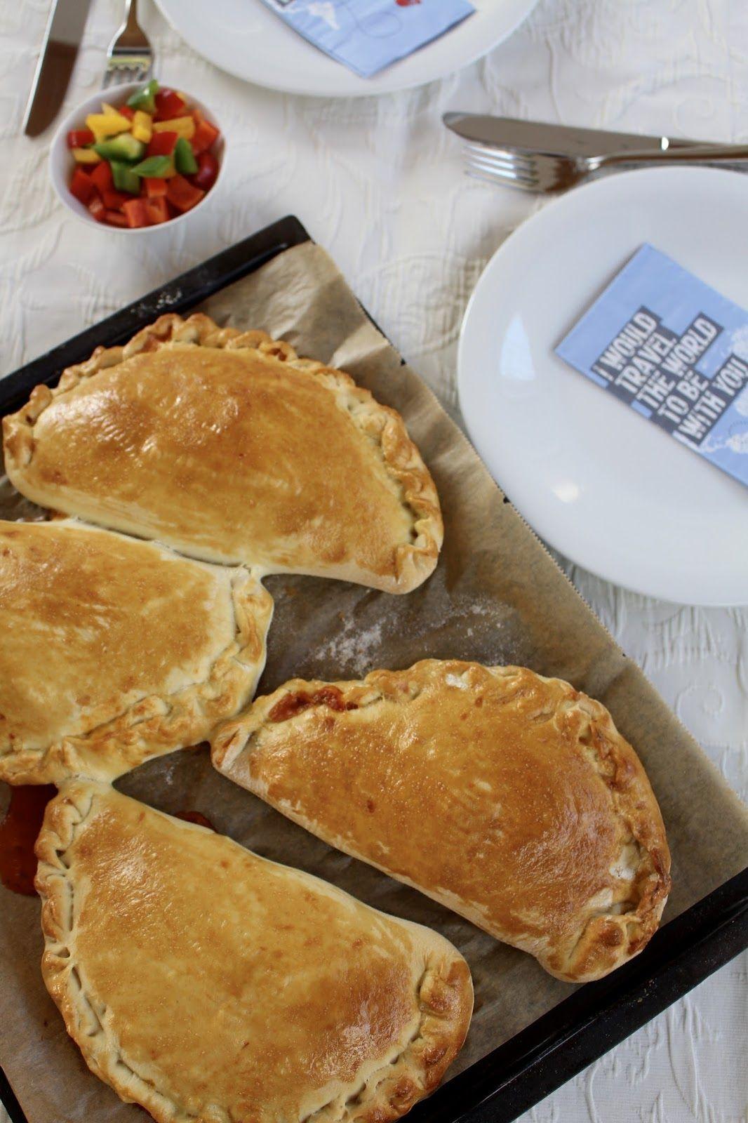 Calzone gefüllt mit bunter Paprika und zart schmelzendem Mozzarella - vegetarisches Backen aus Italien - Video