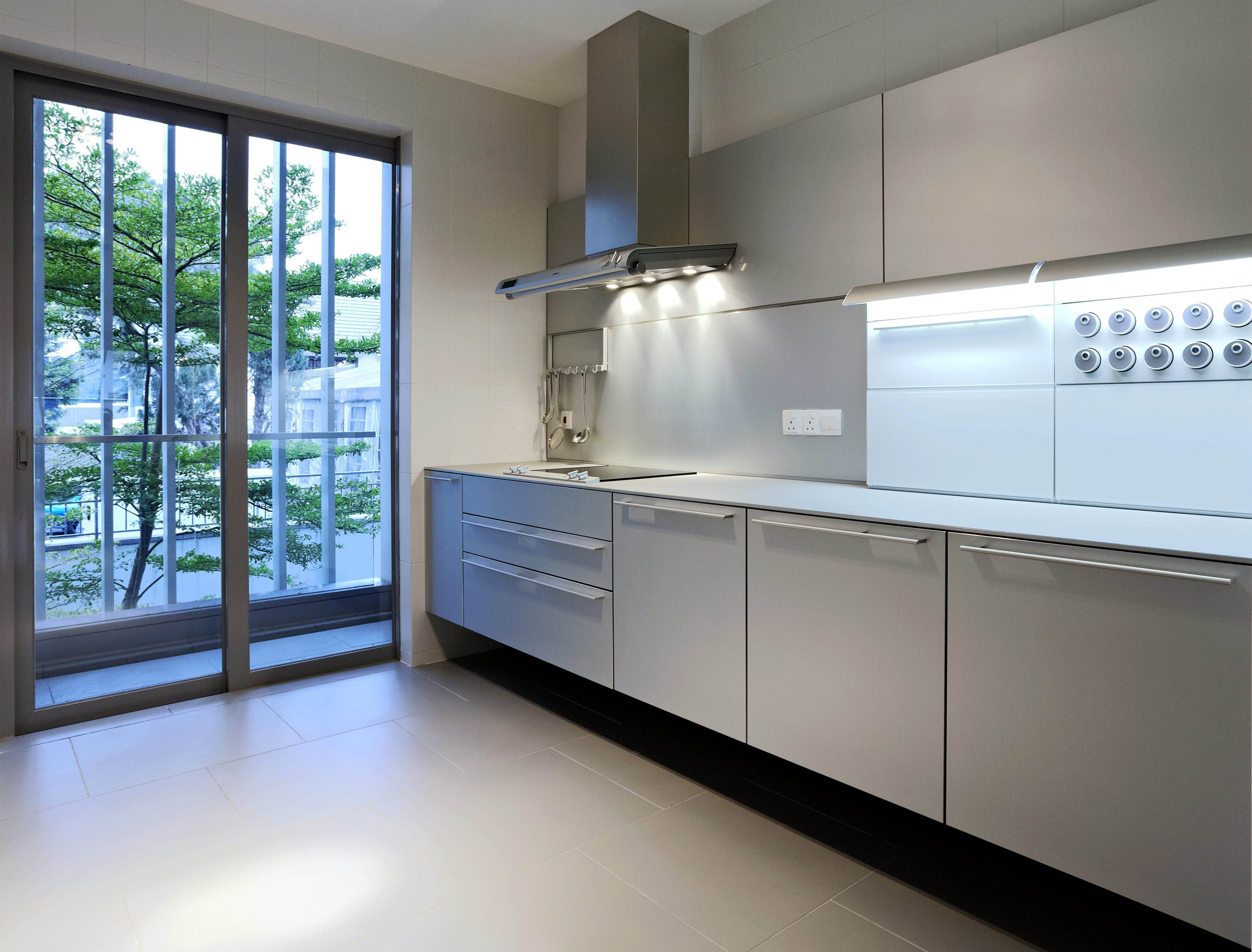 The Wall Mounted Bulthaup B3 In This Kuala Lumpur Residence Gives The Impression The Kitchen Is Floating Photo By Bodo Modern Kitchen Kitchen Kitchen Cabinets