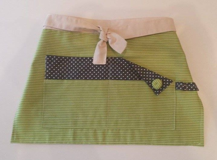 Adorable half apron for children! It is a modern half apron made with quality fabrics and lining in the back for better protection and resistance.