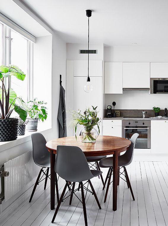 White Kitchen With A Round Dining Table Scandinavian Dining Room Dining Room Small Minimalist Dining Room
