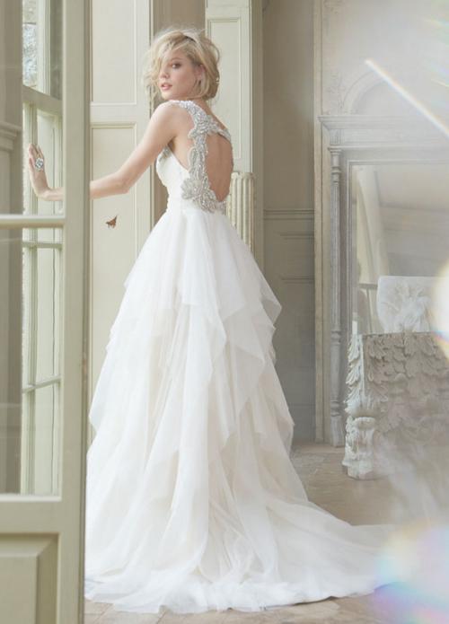 vestido de novia corte princesa con cut outs en la espalda; falda