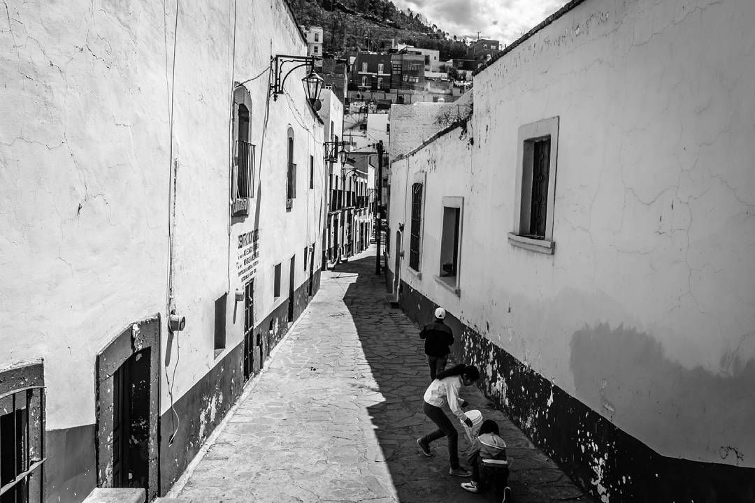 Callejón del Moral. #josemedinaphotos #zacatecas #blackandwhite #mexico #childrens #playing  #travel #travelphotography #vacation #instaphoto #photographer #photography #phototheday