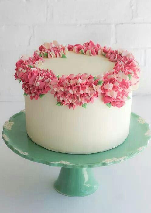 Buttercream Hydrangeas On Smooth Buttercream Frosting Cake Decorating Designs Buttercream Cake Designs Butter Cream