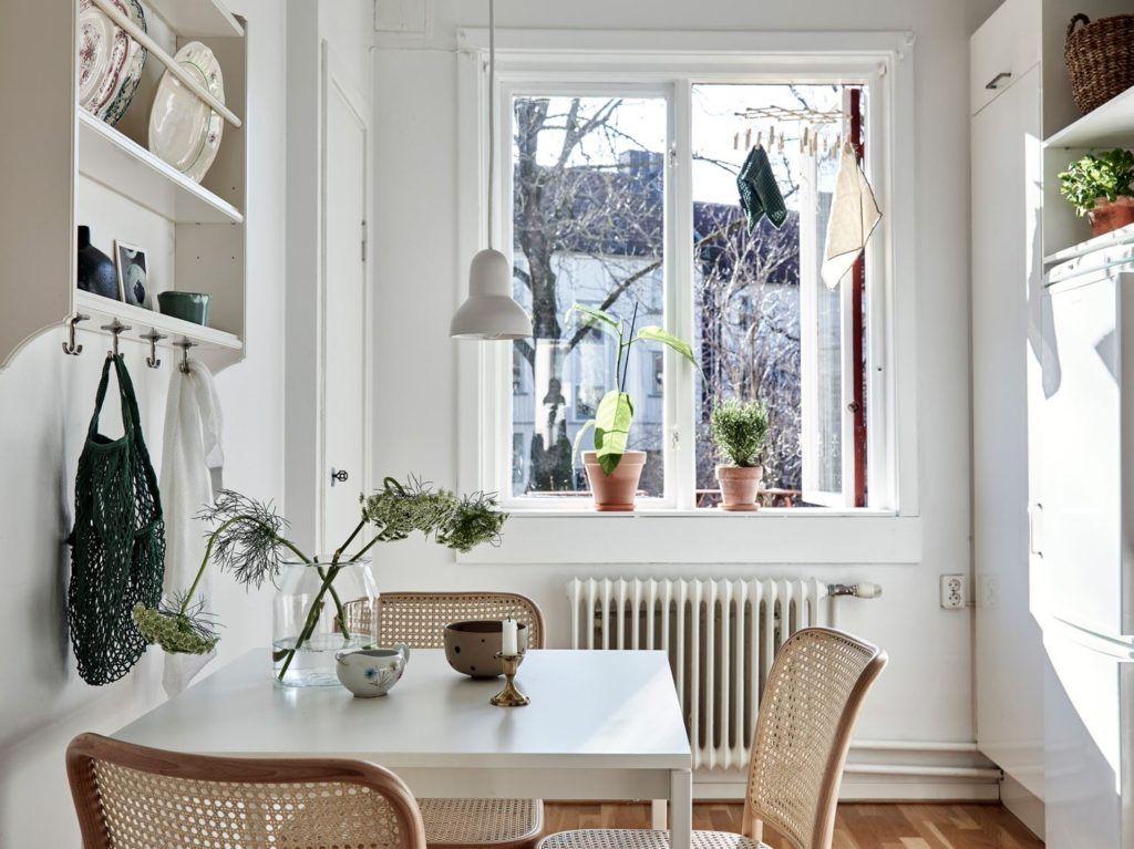 Gemütlicher Küchentisch - COCO LAPINE DESIGNCOCO LAPINE DESIGN | Küche Decor | Ich denke, dieser kleine Küchen-Essbereich hat so viel Stil. Das offene Vintage-Regal mit den Telle...