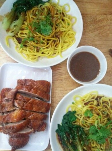 Dry noodle with roasted duck. Mỳ khô vịt quay sợi to