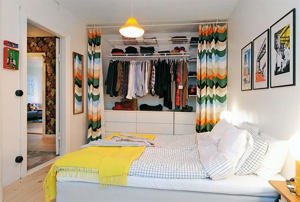 Schlafzimmer-Gestalten-Im-Skandinavischen-Stil-Bunte-Vorhänge-Im