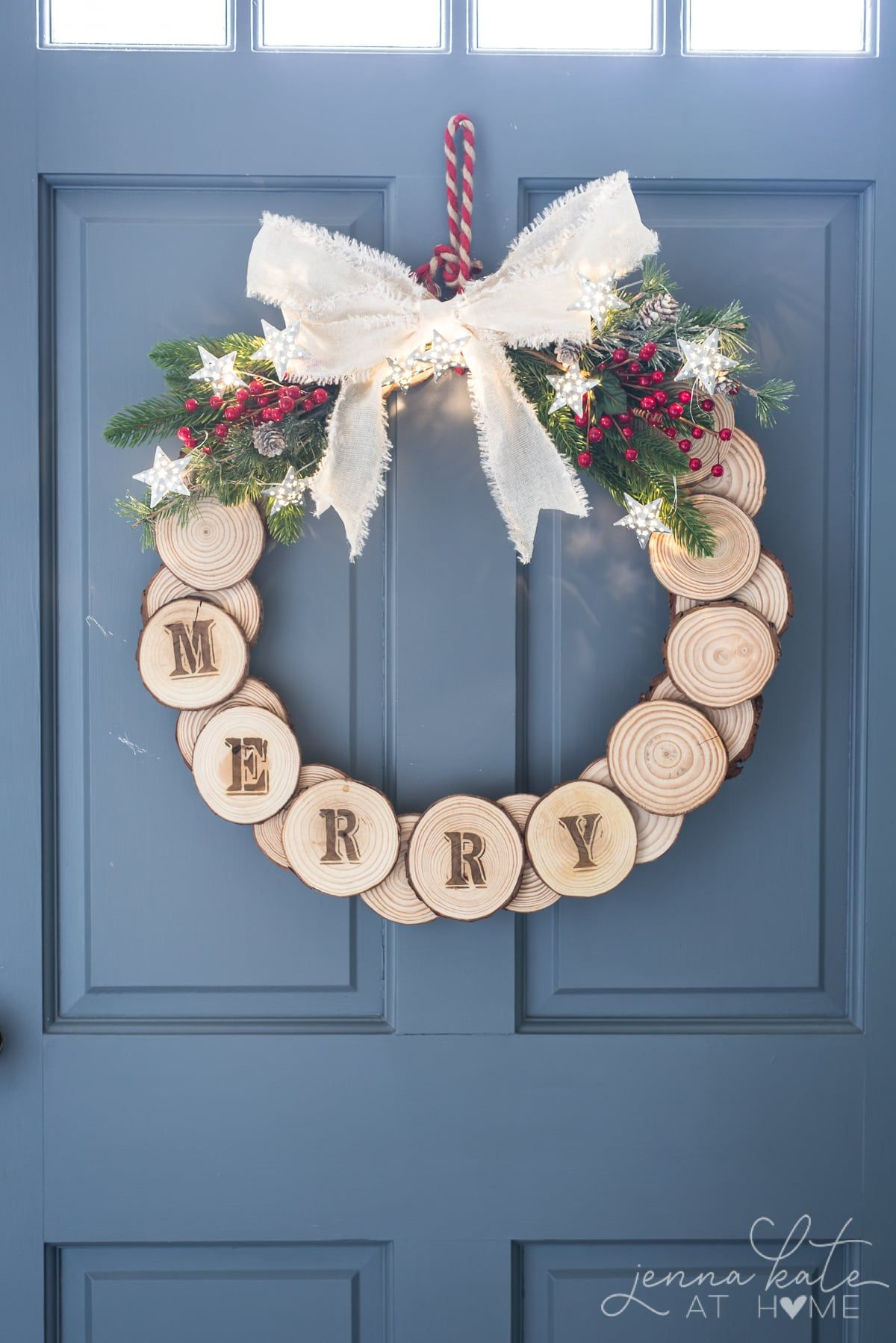 DIY Wood Slice Holiday Wreath Holiday wreaths, Wooden