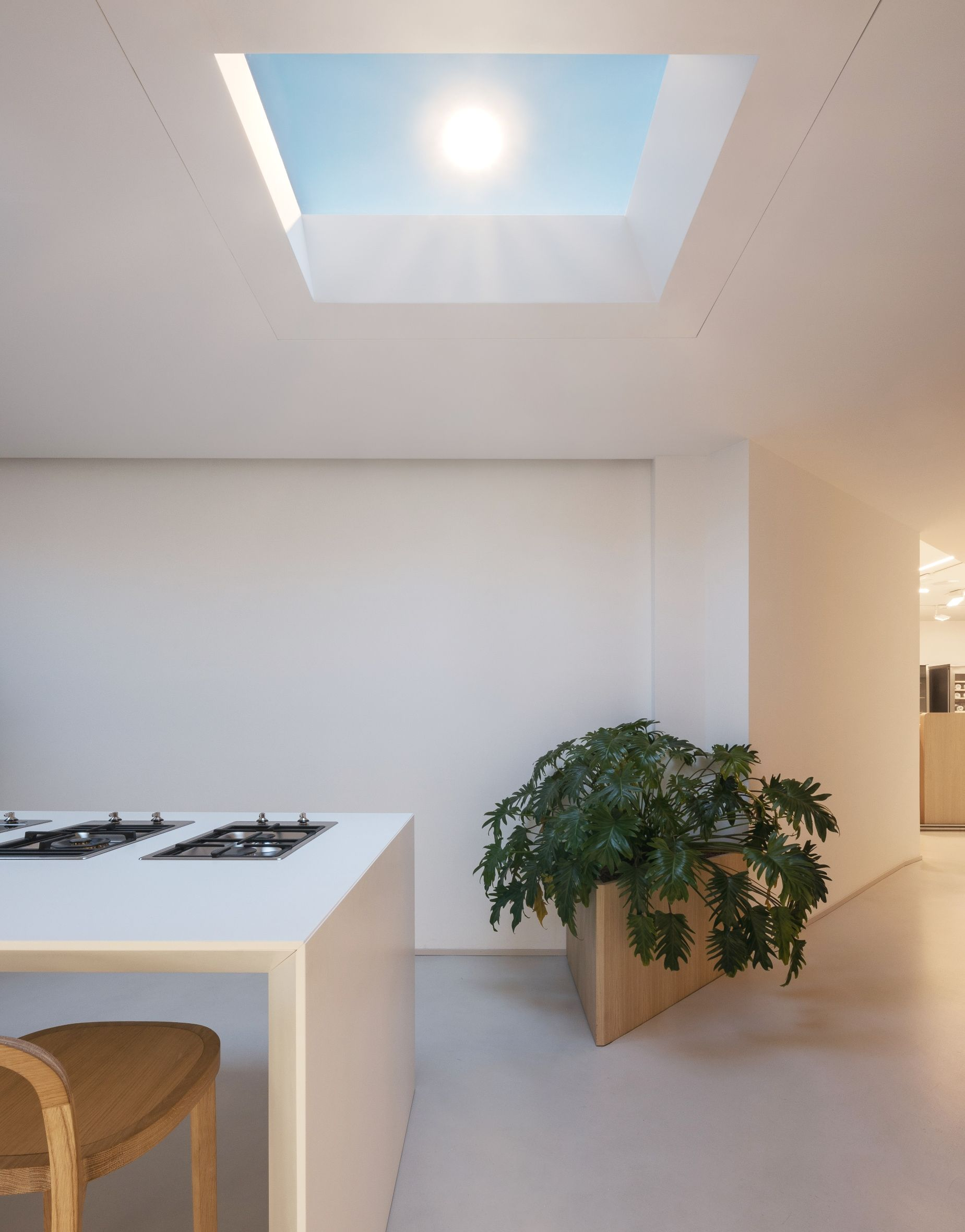 This Incredible Kitchen Has No Windows Or Natural Light Yet It S Sunny And Cheerful Using Lighting Technology That Natural Light Skylight Residential Design