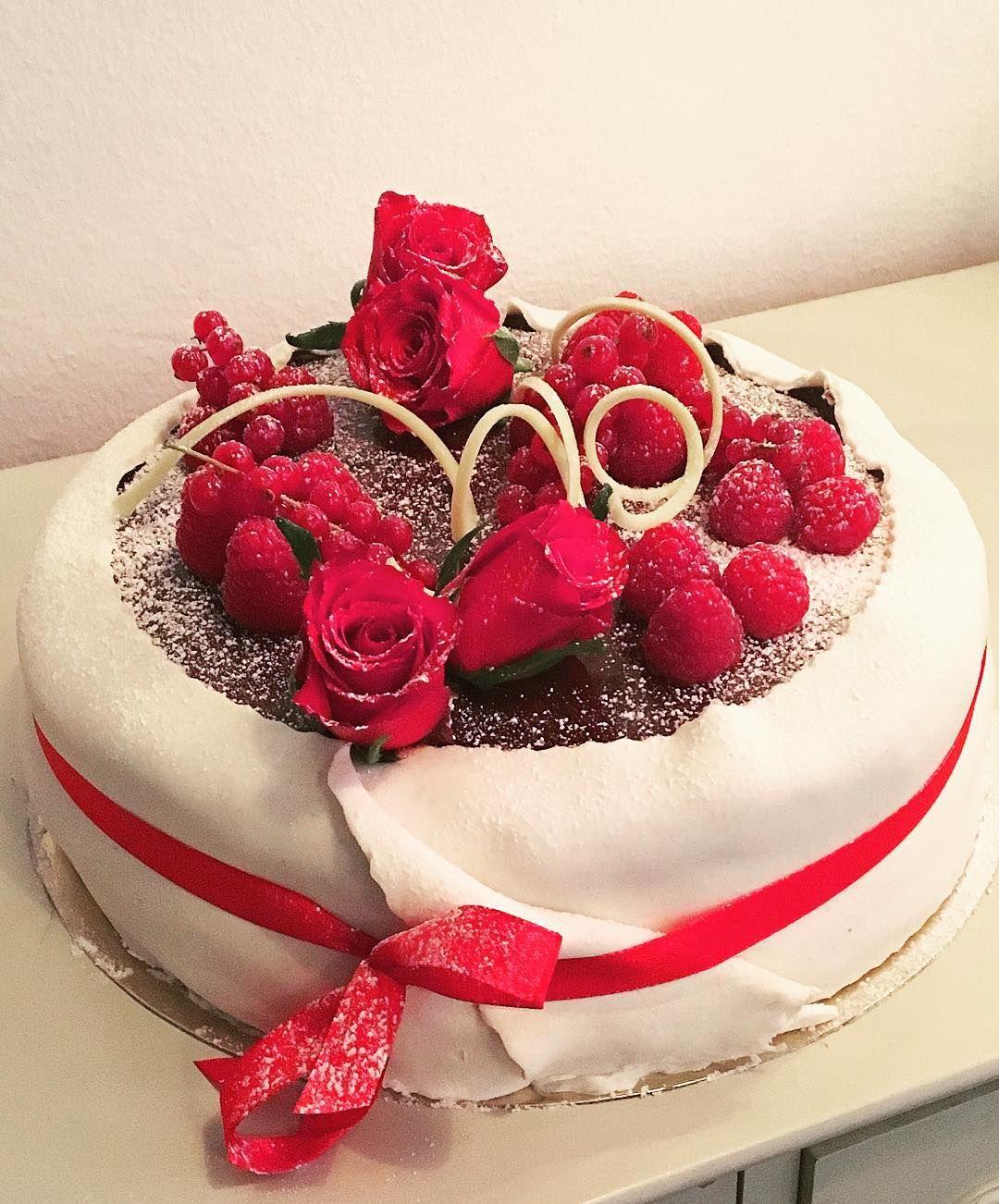 Avslutar denna dag med en Luciahallon choklad och passion#sockermajas #bakery #torslanda #cake #lucia