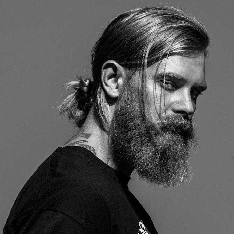 un ottima proposta per taglio capelli maschile lunghi con la coda e barba  molto lunga 0f2474f0a980