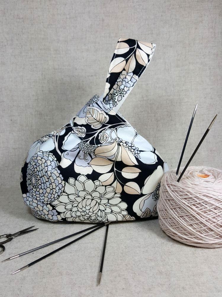 Stricktasche mit Blumen schwarz weiß beige, innen Paisleymuster ...