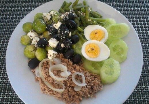 Salade Niçoise * sperziebonen, komkommer, ei, tonijn kort gebakken met zwarte peper en zeezout, ui, spruiten, zwarte olijven, apetina