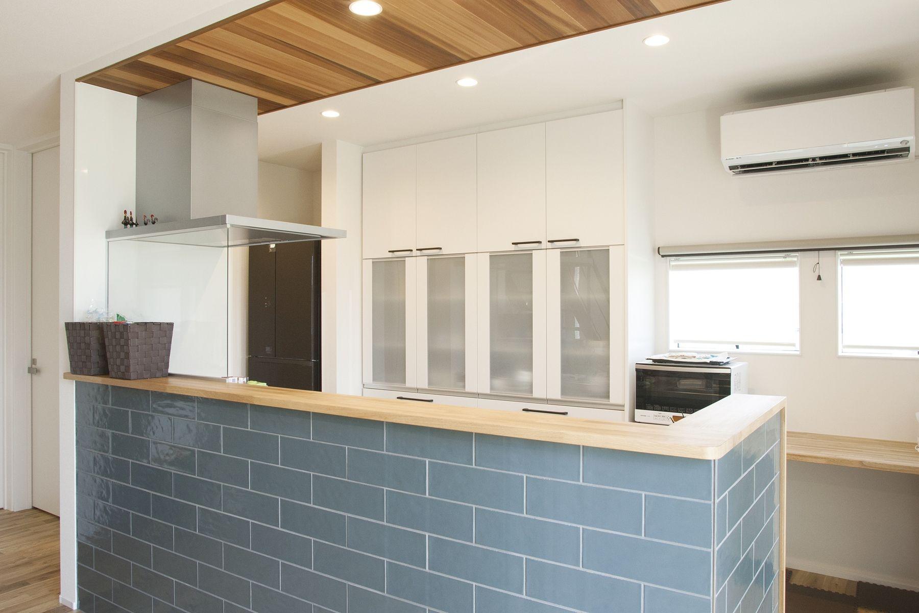 天井に貼ったレッドシダーがよく映える キッチン レッドシダー