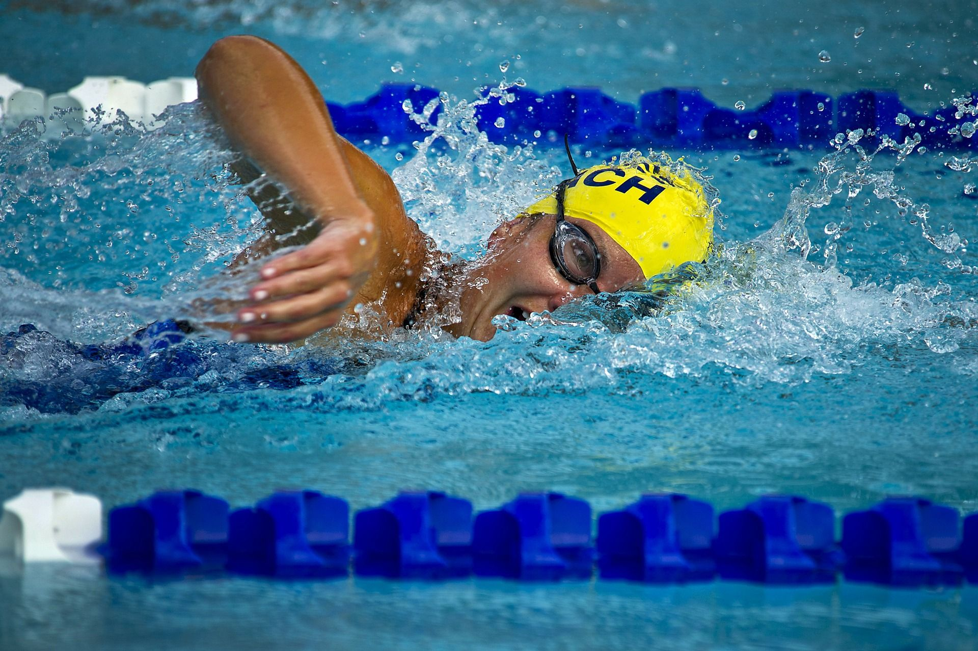 como nadar para adelgazar piernas