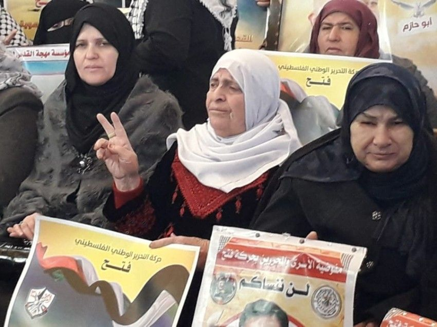 أم إبراهيم ربع قرن من الاعتصام تجسيدا لمعاناة أسرى سجون الاحتلال