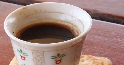 طريقة عمل القهوة العربية بالهيل Recipe Hot Fall Drinks Arabic Food Arabic Coffee