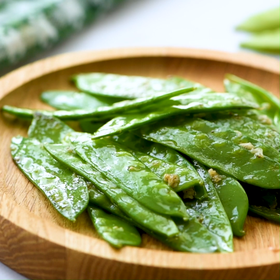 Sugar Snap Peas With Garlic – An easy side dish recipe that only takes 10 minutes to prepare and calls for a few ingredients.  This recipe can be made with sugar snap peas or snow peas.