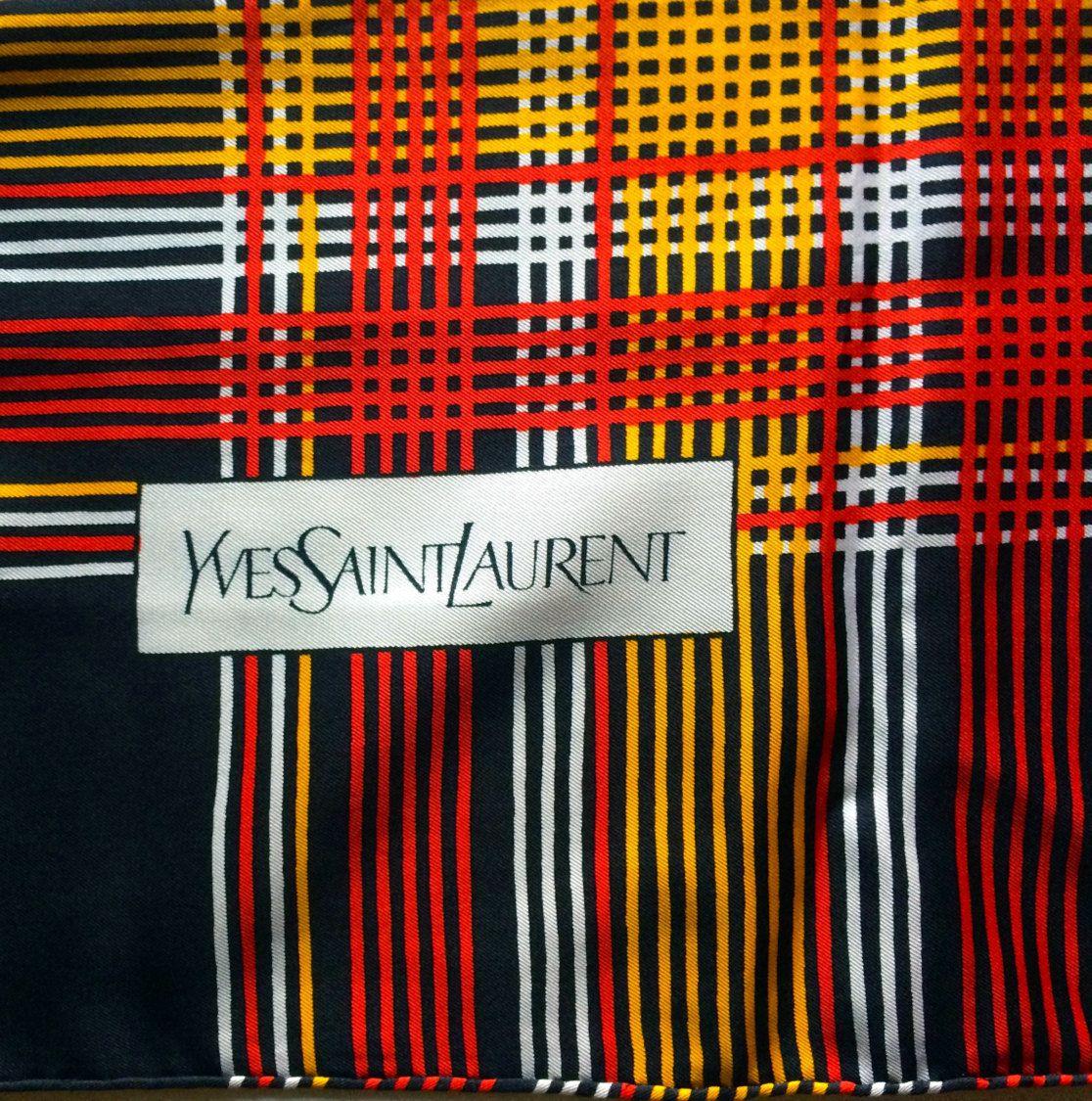 Yves Saint Laurent Foulard Soie Rayures Rouge et