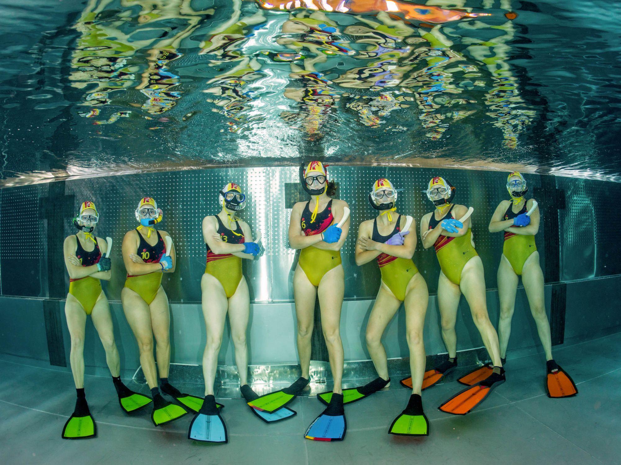 7 Reasons To Not Date An Underwater Hockey Girl Underwater Hockey Blog Swimming Photography Hockey Girl Underwater