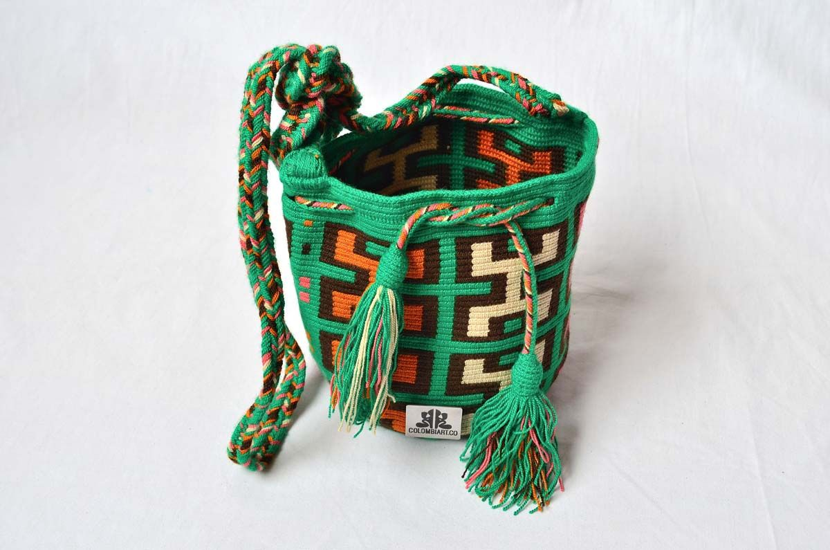 MOCHILA WAYUU – Small-Sized Shoulder Bag. Created with acrylic colored cotton threads by a woman from the Wayuu Tribe. Design is typical of this ethnic group. www.colombiart.co