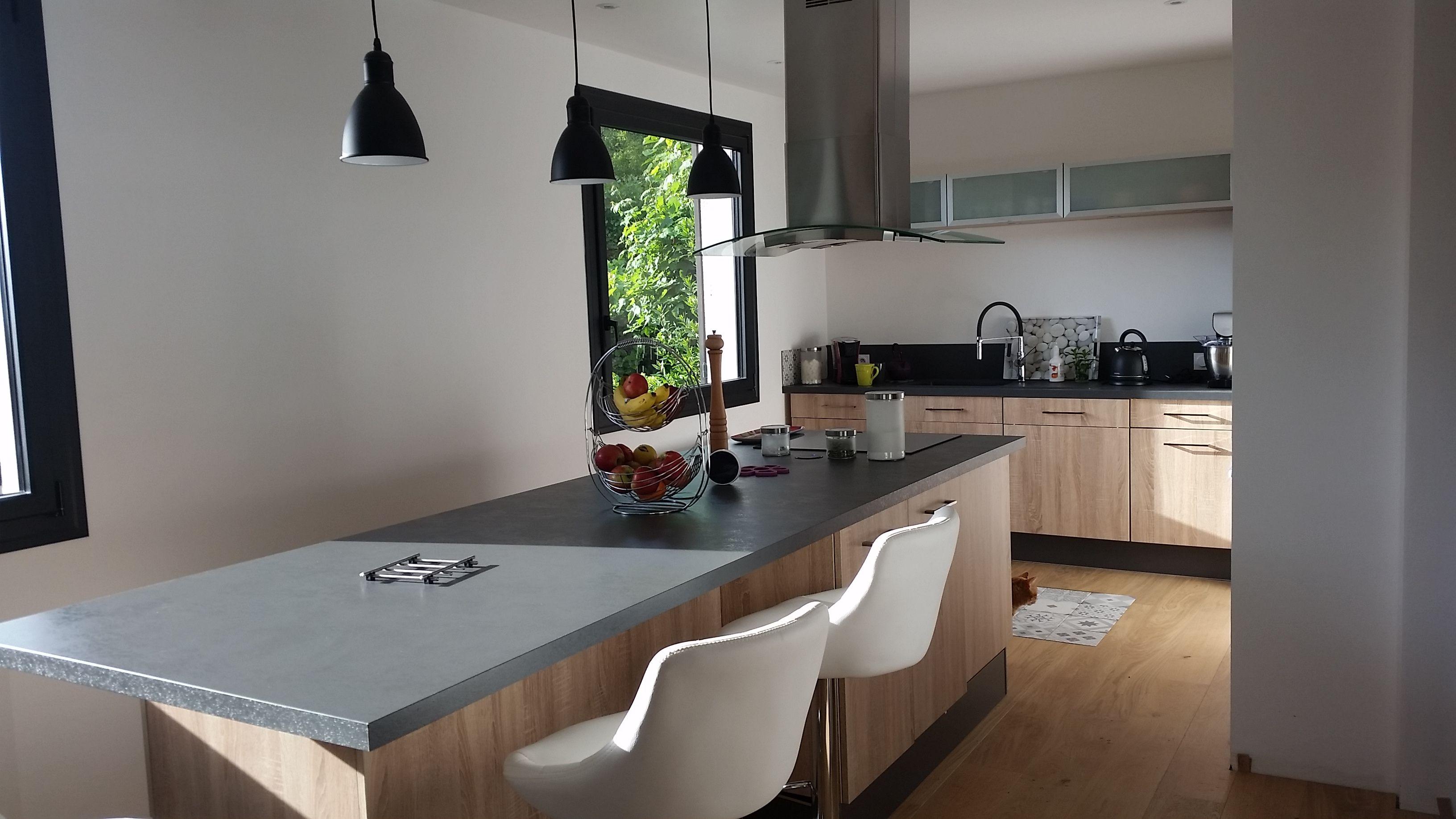 Ilot De Travail Cuisine cuisine en bois avec plan de travail gris, grand îlot